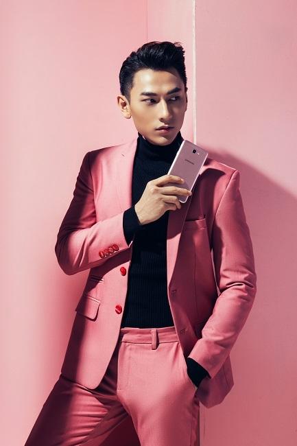 """Hoàng tử Isaac """"đẹp kiệt xuất, đậm khí chất"""" với Galaxy J7 Prime hồng vàng."""