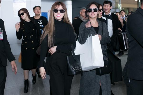 Soyeon tươi cười rạng rỡ sau một chuyến bay dài.