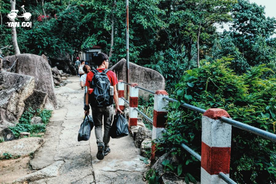Tuy có nửa đường là bậc thang đá nhưng bạn sẽ mất nhiều thời gian, vì đường này sẽ dài và dốc hơn khi lên cao.