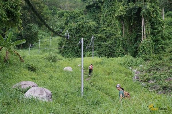 Đường này chủ yếu là các anh bộ đội đi, men theo đường dây điện sẽ lên đến đỉnh. (Ảnh: phuot3mien)