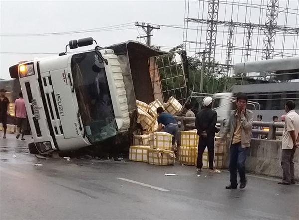 Chiếc xe tải mất lái và leo lên dải phân cách.(Ảnh: Internet)