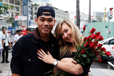 Cặp đôi chàng Việt, nàng Tây hạnh phúc trong ngày cầu hôn.