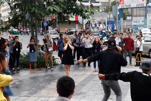 Màn nhảy cầu hôn thu hút nhiều người dừng lại xem ở trung tâm Sài Gòn vào chiều ngày 15/01.