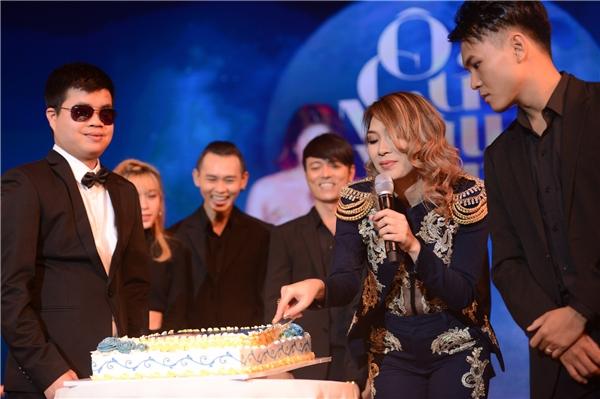Cũng trong đêm 15/1, các thành viên trong ê-kíp gồm nhóm nhảy, các fan đã tổ chức sinh nhật, thổi nến và cắt bánh cùng cô. - Tin sao Viet - Tin tuc sao Viet - Scandal sao Viet - Tin tuc cua Sao - Tin cua Sao