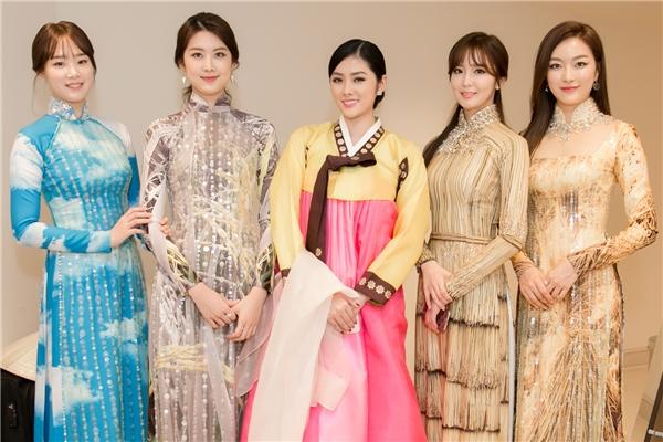 Hoa hậu châu Á tại Úc đã có dịp mặc thử bộ trang phục hanbok của Hàn Quốc. Cô chọn bộ hanbok màu hồng - vàng nhẹ nhàng nhưng vẫn xinh đẹp và khoe sắc khi đứng cùng sân khấu và chụp ảnh chung với Miss Korea. - Tin sao Viet - Tin tuc sao Viet - Scandal sao Viet - Tin tuc cua Sao - Tin cua Sao
