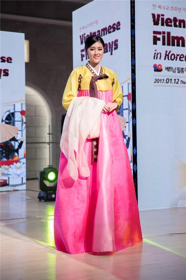 """Huỳnh Tiên tâm sự: """"Tôi rất thích thú và bất ngờ với lời đề nghị đổi trang phục truyền thống cho nhau. Đây là lần đầu tiên tôi được diện trang phục Hanbok của nước bạn, trước giờ chỉ được nhìn qua phim ảnh mà thôi. Và tôi nghĩ, các cô gái xinh đẹp của Hàn Quốc cũng sẽ thích và ấn tượng với trang phục áo dài truyền thống cùng những chiếc nón lá của đất nước mình."""" - Tin sao Viet - Tin tuc sao Viet - Scandal sao Viet - Tin tuc cua Sao - Tin cua Sao"""