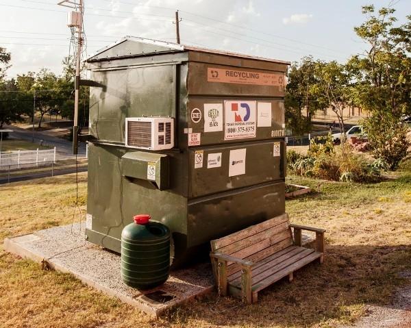 Chiếc thùng rác chật hẹp chính là không gian sống lí tưởng của tiến sĩ Wilson.