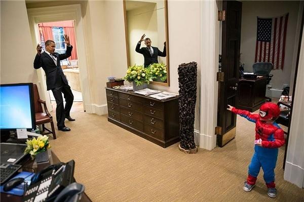 Vị tổng thống Mĩ từ lâu đã nổi tiếng với óc hài hước. Bức ảnh chụp ông giả vờ bị vướng mạng nhện của cậu bé Nicholas Tamari, con trai một nhân viên tại Nhà Trắng khi ông gặp cậu bé 3 tuổi này ngay bên ngoài Phòng Bầu dụclà một ví dụ tiêu biểu.