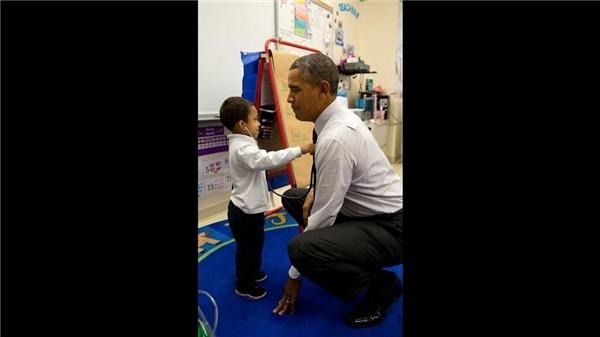 """Khi ghé thăm một trường tiểu học tại thủ đô Washington D.C và bắt gặp một cậu bé đang đeo ống nghe, tổng thống liền đề nghị """"bác sĩ nhí"""" này kiểm tra nhịp tim của mình."""