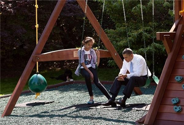 Vị tổng thống luôn tìm cách dành thời gian chăm sóc gia đình, dù cho ông có bận như thế nào. Hình ảnh ông Obama trò chuyện với con gái Malia trên chiếc xích đu bên ngoài Phòng Bầu dục là minh chứng cho sự quan trọng trong mối quan hệ giữa cha con ông.