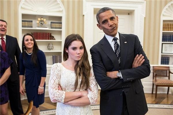 """Trong buổi gặp gỡ McKayla Maroney,nữ vận động viên thể dục dụng cụ nổi tiếng của Mỹ, tổng thống Obama đã đề nghị chụp một bức ảnh """"tái hiện"""" lại biểu cảm """"không ấn tượng"""" nổi tiếng của cô trước khi hai người tạm biệt nhau."""