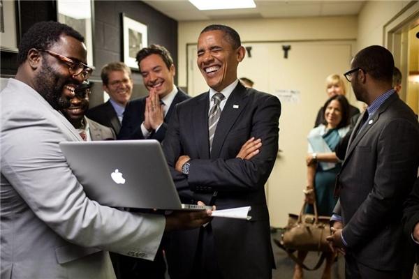 Tổng thống Obama và danh hài Jimmy Fallon cùng cười to khi đọc kịch bản một chương trình truyền hình mà hai người chuẩn bị tham gia.