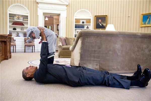 Trong suốt nhiệm kỳ của mình, ông Obama cũng thường xuyên khuyến khích các nhân viên của mình đem con đến Nhà Trắng. Trong ảnh là cô bé Ella Rhodes, con gái của Phó Cố vấn An ninh Quốc gia Ben Rhodes. Ella đã đến Nhà Trắng ăn mừng lễ Halloween và cùng chơi đùa với tổng thống.