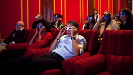 Tổng thống Obama đeo kính 3D thưởng thức chương trình Super Bowl (Siêu cúp bóng bầu dục Mỹ) tại Nhà Trắng cùng mọi người.