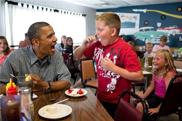 Ông thậm chí còn chia sẻ phần bánh dâu của mình với một câu bé khi đang thưởng thức bữa trưa tại nhà hàng Kozy Corners, tiểu bang Ohio.