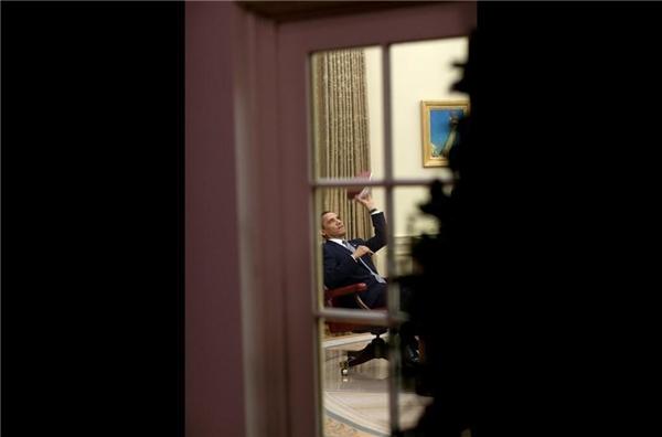 Khoảnh khắc thư giãn giữa bộn bề công việc của người đứng đầu nước Mĩ vô tình được bắt gặp ngay tại phòng làm việc của ông.