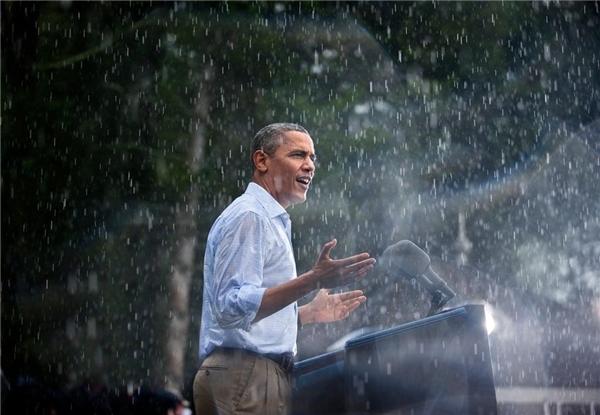Vào ngày 14/7/2012, tổng thống Obama trầm mình trong mưa khi phát biểu vận động tranh cử tại thị trấn Glen Vallen, bang Virginia. Khi đến nơi và thấy rất nhiều người đang chờ mình dưới cơn mưa rào nặng hạt, ông đã hủy buổi họp báo trong nhà và phát biểu ngay để mọi người có thể về nhà.