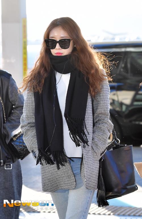 Em út Jiyeon khác lạ với mái tóc xoăn. Dù đeo mắt kính che gần nửa khuôn mặt nhưng vẫn không thể che được nhan sắc lung linh của cô nàng.