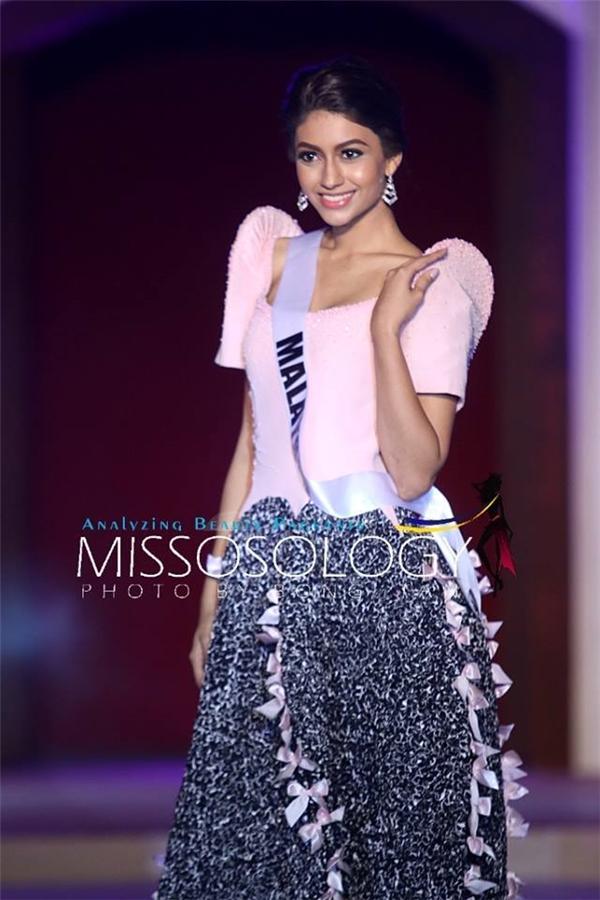 Hoa hậu Malaysia sở hữu vẻ ngoài ngọt ngào, thanh tú. Vẻ đẹp khá khác biệt của cô gái này được khán giả Malaysia kì vọng sẽ mang về một thứ hạng cao.