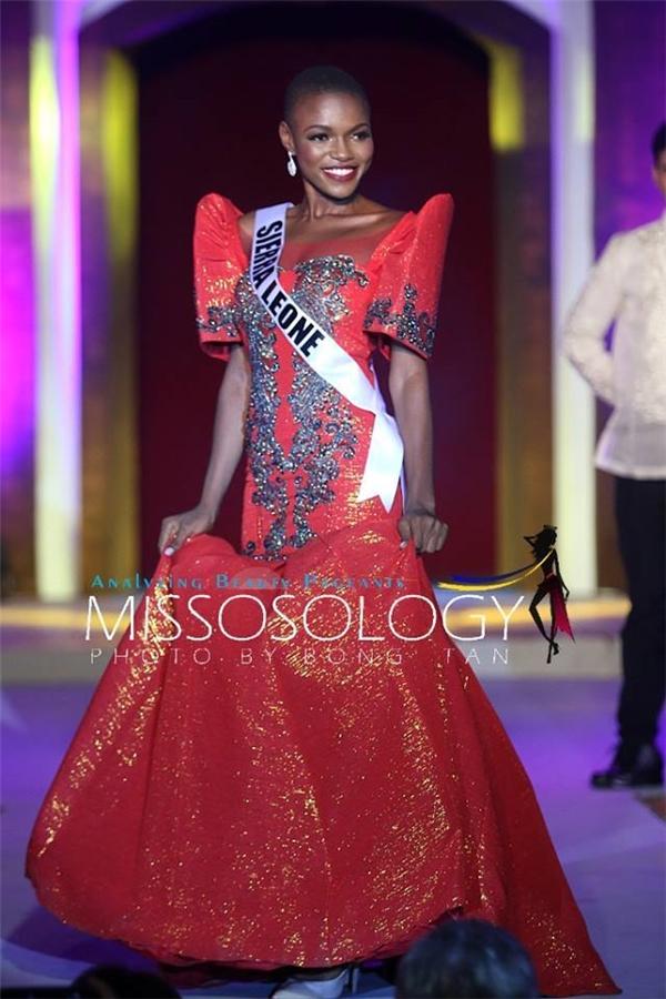 Dù là quốc gia mới trở lại với Hoa hậu Hoàn vũ nhưng Hoa hậu Sierra Leone Hawa Kamara vẫn được đánh giá rất cao. Cô gái này gây ấn tượng với làn da màu khỏe khoắn, nụ cười tươi, rạng rỡ và tính cách hòa đồng, thân thiện.