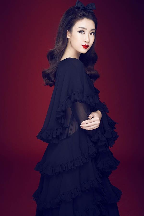 Hoa hậu Đỗ Mỹ Linh tiếp tục hóa thân thành quý cô trong các thiết kế mới trình làng vào đầu tháng 12 vừa qua. Nhan sắc gốc Hà thành cuốn hút mọi ánh nhìn với váy đen kết hợp son đỏ, công thức làm đẹp kinh điển của phụ nữ.