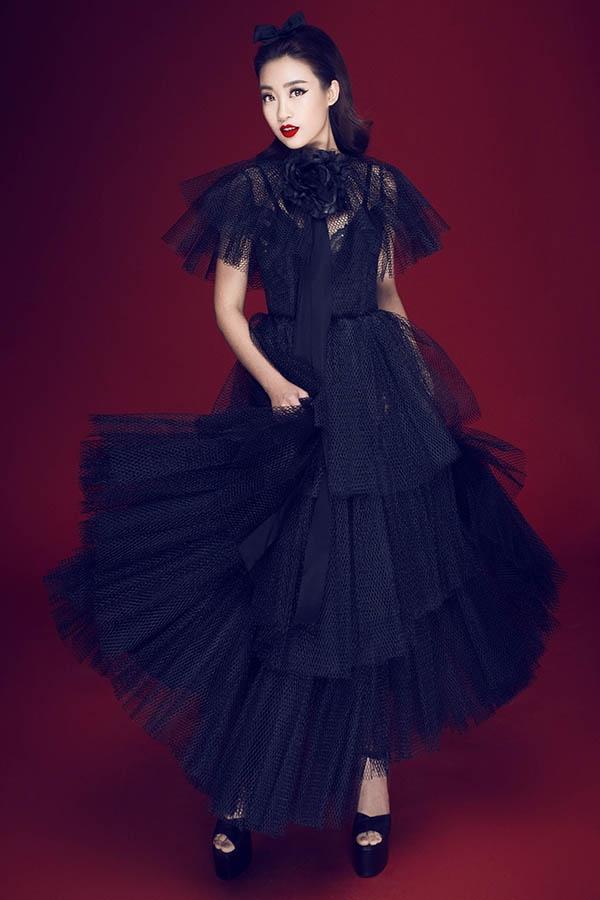 Chất liệu voan lưới mềm mại, mỏng tang được bố trí theo cấu trúc phân tầng tạo nên bộ váy mang phong cách cổ điển, thanh lịch. Chiếc nơ cài tóc nhỏ xinh hay hoa to bản ở phần cổ giúp bộ cánh thêm phần bắt mắt.