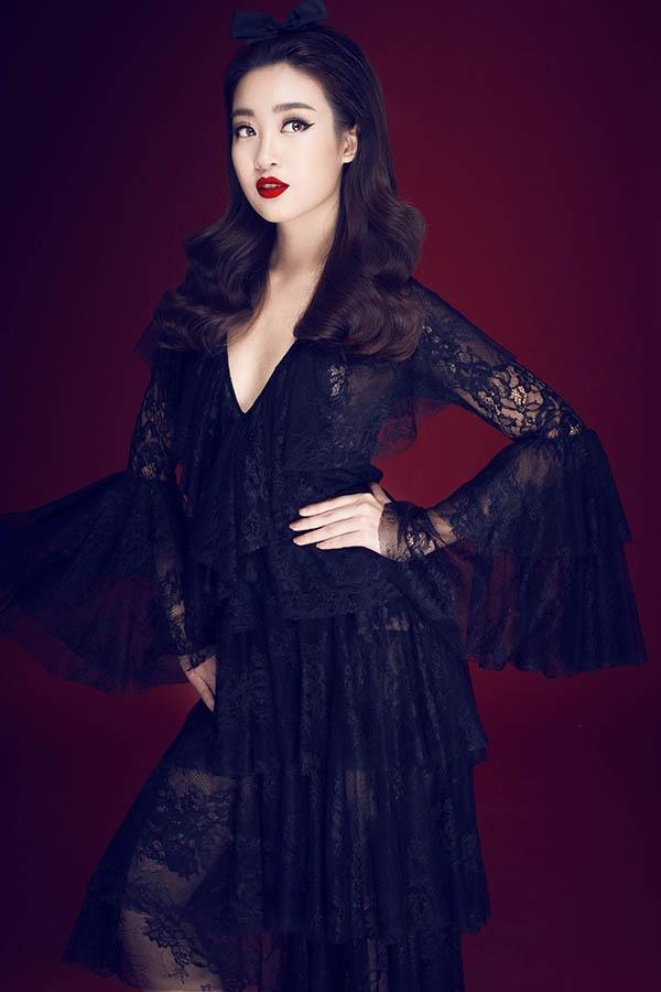 Sắc đen trầm mặc đã dung hòa độ mỏng của ren tạo nên thiết kế thanh tao, nhã nhặn. Kiểu trang điểm sắc sảo càng giúp Hoa hậu Việt Nam 2016 cuốn hút đến khó thể rời mắt.