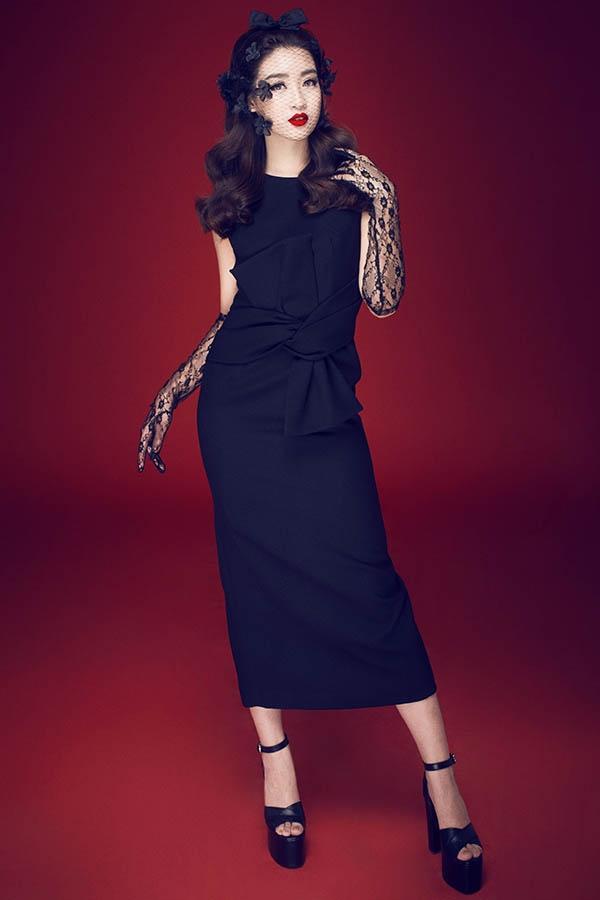 Những chiếc váy cocktail với cách dựng phom 3D nhẹ nhàng gần như trở thành thương hiệu của Đỗ Mạnh Cường. Để thực hiện loạt ảnh này, Đỗ Mỹ Linh phải mang giày cao đến tận 30cm, món phụ kiện từng khiến người mẫu bị thử thách trên sàn diễn cá nhân thứ 9 của nhà thiết kế họ Đỗ vừa qua.