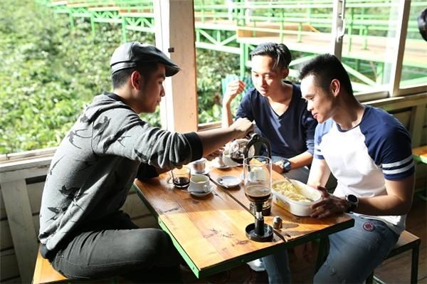 Khoảnh khắc yên bình bên ly cà phê sánh đậm hương vị cao nguyên và câu chuyện của 3 người đàn ông.