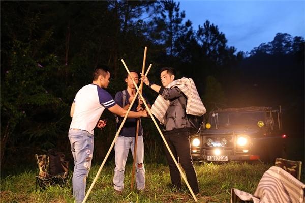 3 chàng trai nhanh chóng dựng lều…