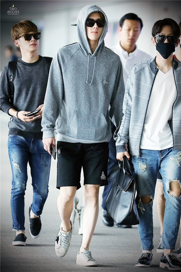 """Không chỉ sở hữu vẻ ngoài đậm chất """"nam thần"""" như bước ra từ thế giới ngôn tình, đôi chân không tì vết củaSehun (EXO)cũng được nhiều người ngưỡng mộ."""