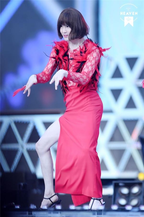 Dù không sở hữu chiều cao vượt trội nhưng trưởng nhóm EXO, Suho, lại được ưu ái ban tặng đôi chân nuột nà đáng mơ ước. Đây cũng là điểm vượt trội ở ngoại hình giúp màn giả gái của anh thêm ấn tượng.