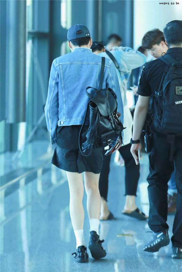 """Không kém cạnh cậu bạn cùng nhóm, đôi chân của Seungyoon khiến các fan nữ """"phát thèm"""". Không chỉ thon dài mà làn da trắng sáng cũng giúp đôi chân nam thần tượng thêm phần """"đắt giá""""."""