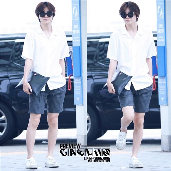 """Dù là """"thỏi nam châm"""" hút fan nữ của Infinite nhưng Sungjong lại sở hữu quá nhiều đặc điểm cơ thể """"ăn đứt"""" con gái như đường nét gương mặt nữ tính, thân hình mỏng manh và nhất đôi chân thon dài không tì vết."""