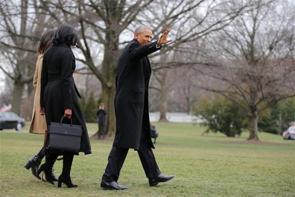 Sau 8 năm cống hiến và làm việc vất vả, vị lãnh đạo này cho biết, ông sẽ dành nhiều thời gian hơn cho gia đình, cùng phu nhân Michelle ở lại một căn hộ cho thuê tại thủ đô Washington. Bởi đây là nơi hợp lí nhất, giúp cô con gái Sasha có thể tốt nghiệp trung học vào năm 2019.