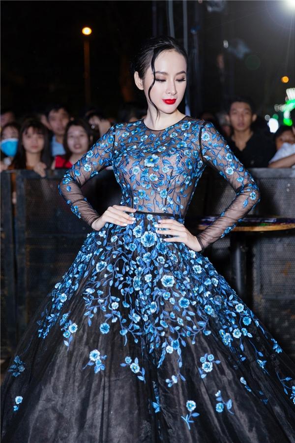 Diện thiết kế mới nhất nằm trong BST Lam Vũ của Lê Thanh Hòa, người đẹp nhanh chóng thu hút ánh nhìn nhờ vẻ ngoài quyến rũ và phong cách trang điểm nổi bật. - Tin sao Viet - Tin tuc sao Viet - Scandal sao Viet - Tin tuc cua Sao - Tin cua Sao