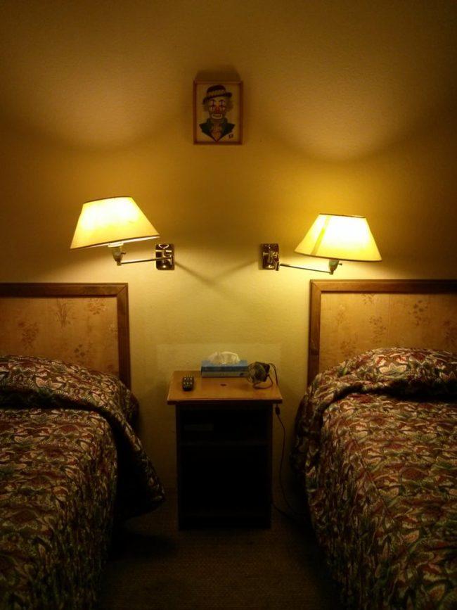 Tuy nhiên, trái ngược với thế giới toàn chú hề ở sảnh và bên ngoài, bên trong mỗi phòng lại khá đơn giản và không có gì đáng sợ.