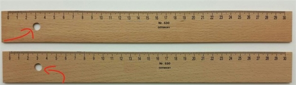 Chiếc lỗ trên cây thước đo của thợ may, thợ mộc… đơn giản là để treo nó lên cho gọn gàng.