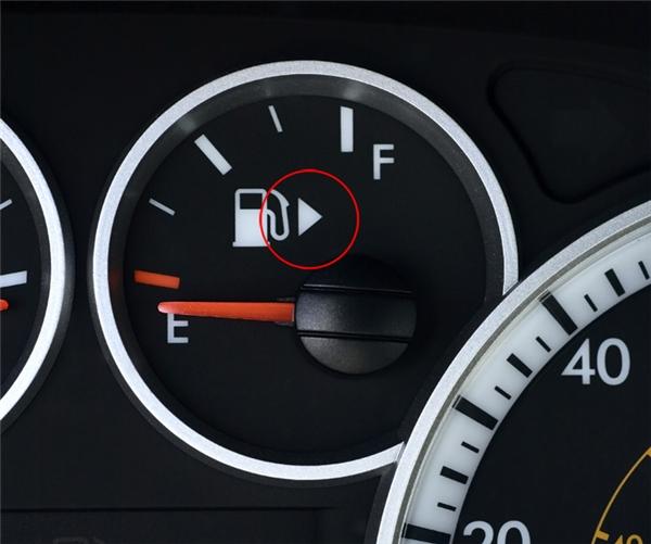 Dấu mũi tên nằm ngay bên cạnh biểu tượng thùng đổ xăng trên bảng điều khiển xe ô tô là để chỉ cho bạn biết thùng xăng của xe nằm ở phía bên nào.