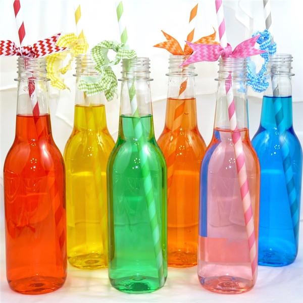 Vì sao nước ngọt có ga thường được đựng trong chai tròn? Các loại nước ngọt có ga thường sinh ra áp suất rất cao, nên những chai hình trụ tròn sẽ giúp phân bổ và cân bằng áp suất tốt hơn. Nếu cho nước ngọt vào hộp vuông thì hộp sẽ bị biến dạng ngay. Hơn nữa đối với những chai dưới 500ml, người ta thường uống trực tiếp từ chai nên chai tròn sẽ giúp họ uống dễ dàng hơn.