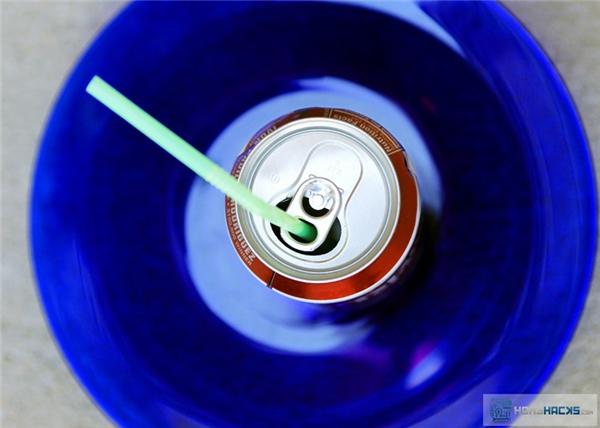 Chiếc vòng bật mở lon nước ngọt còn có một chức năng khác là giữ ống hút đứng yên một chỗ, để khi bạn muốn đưa lên miệng hút thì không phải há miệng đuổi theo cái ống hút đang ngo ngoe trồi lên thụt xuống trong miệng lon.