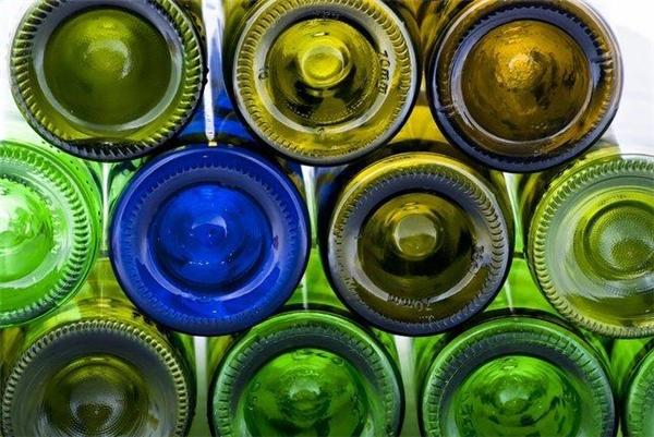 Lỗ hõm bên dưới các chai thủy tinh có tác dụng phân bổ đều áp suất trong chai khi người ta đóng nút pần. Lỗ hõm càng sâu thì áp lực càng lớn. Đó chính là lý do vì sao những chai sâm panh khi bật mở lại phun mạnh đến thế.
