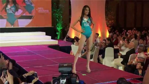 """Lệ Hằng suýt """"vồ ếch"""" trên sàn diễn của Miss Universe 2016"""