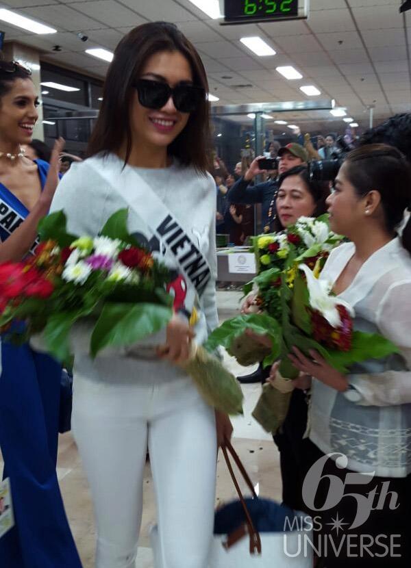 Tại sân bay sáng nay, đại diện Việt Nam diện bộ cánh màu trắng thanh lịch. Cô và 85 thí sinh được ban tổ chức đón chào nồng hậu, tặng hoa.