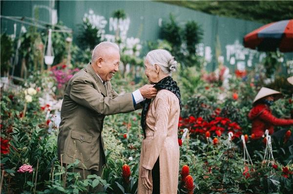 Chợ hoa nào có tươi thắm bằng mối tình già này?