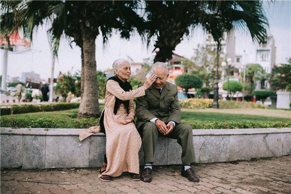 Lắng lòng ngắm Tết đang về cùng mối tình già sâu đậm giữa phố đông