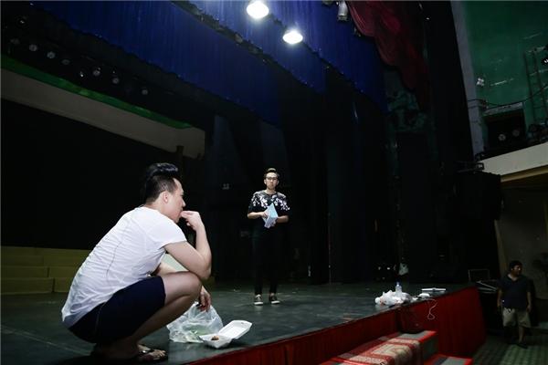 Trấn Thành ăn vận giản dị, mang dép lê đi tập kịch lúc nửa đêm - Tin sao Viet - Tin tuc sao Viet - Scandal sao Viet - Tin tuc cua Sao - Tin cua Sao