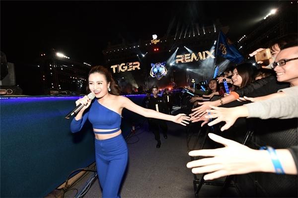Nữ nghệ sĩ thể hiện rõ sự thân thiện khi xuống sân khấu giao lưu cùng khán giả. - Tin sao Viet - Tin tuc sao Viet - Scandal sao Viet - Tin tuc cua Sao - Tin cua Sao