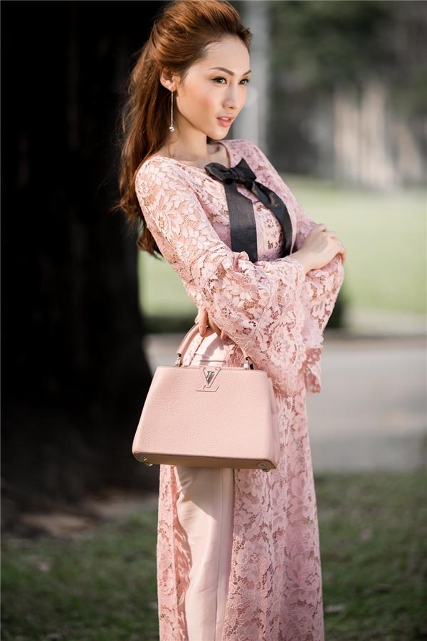 Trong những ngày Xuân đang cận kề, Khánh Ngọc mang đến hình ảnh nhẹ nhàng, tươi mới với những chiếc áo dài cách tân trẻ trung.