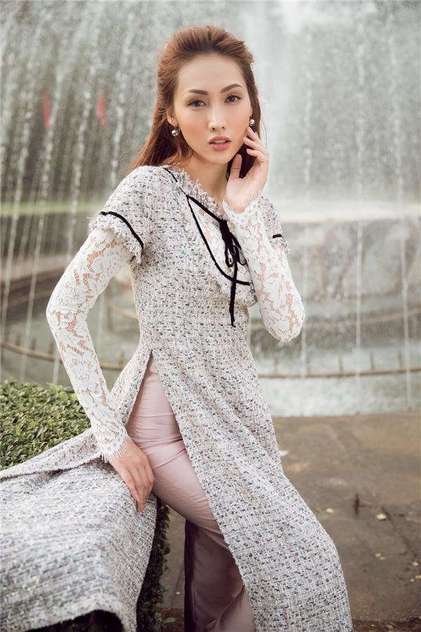 Vải tweed với độ dày đặc trưng cũng được biến tấu thành áo dài và kết hợp cùng chết ren mềm mại. Chất vải được dệt chặt chẽ với kĩ thuật vân trơn hay vân chéo, điểm xuyến những chi tiết nổi trên bề mặt tạo nên nét độc đáo riêng của trang phục vốn dĩ quen thuộc.